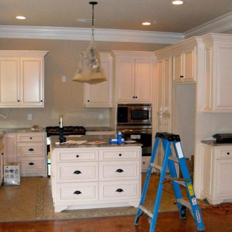 Кухня под белой эмалью