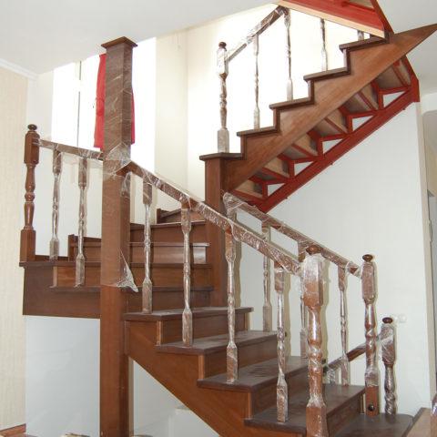 Лестница из массива бука на металлокаркасе