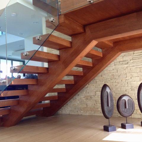 Лестница из массива бука с стеклянным ограждением